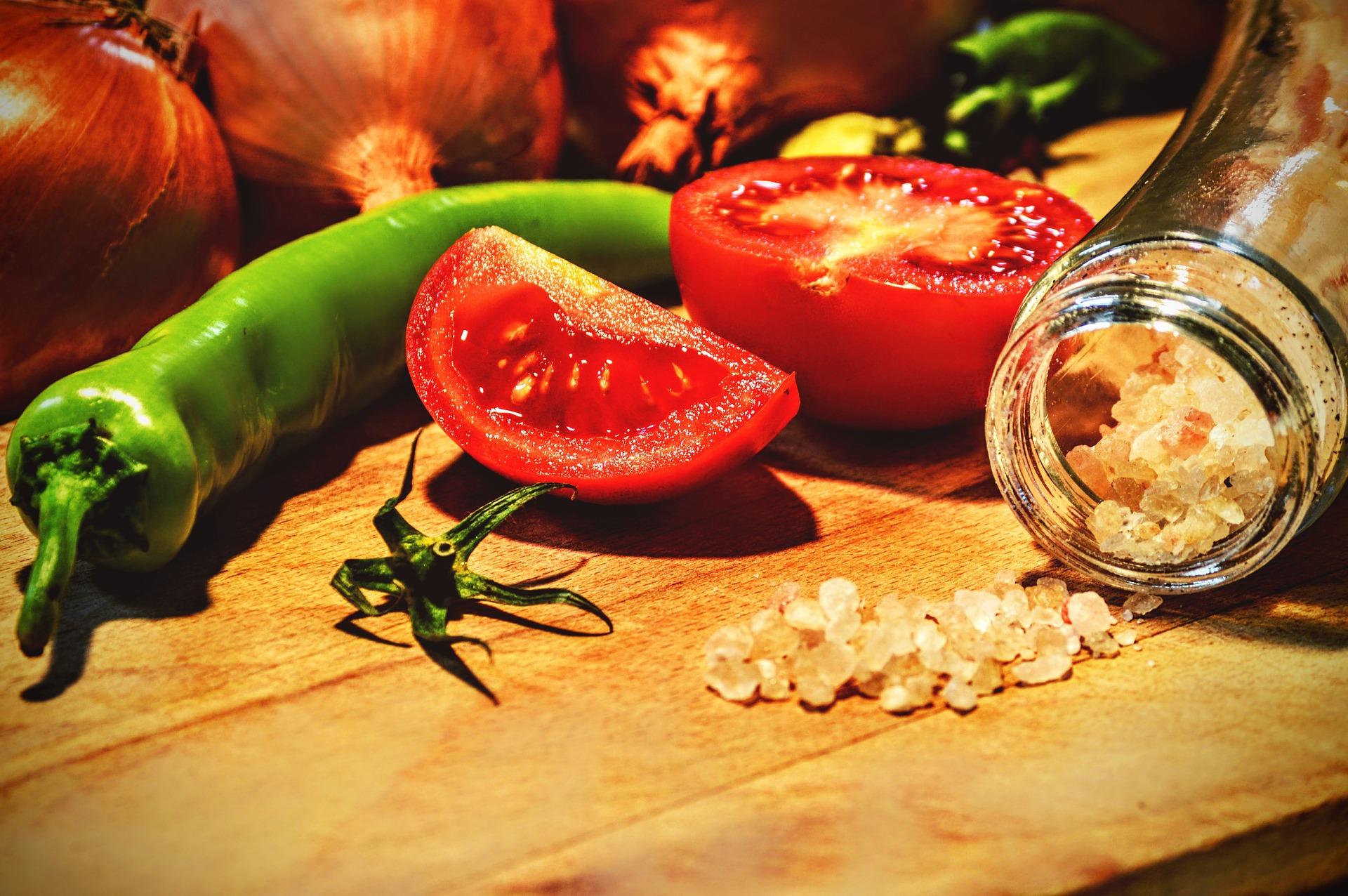 美味しそうな塩とトマト